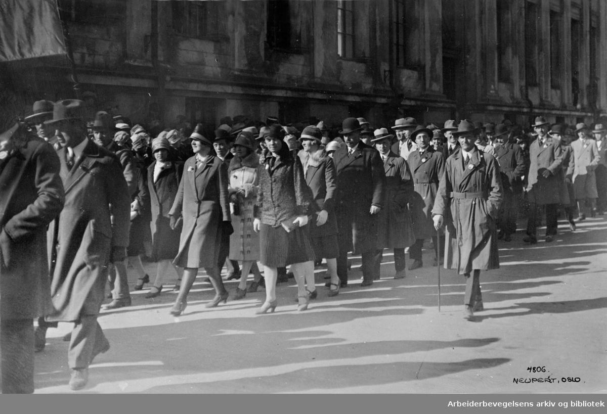 1. mai 1927 i Oslo. Toget er på vei ned Universitetsgata.