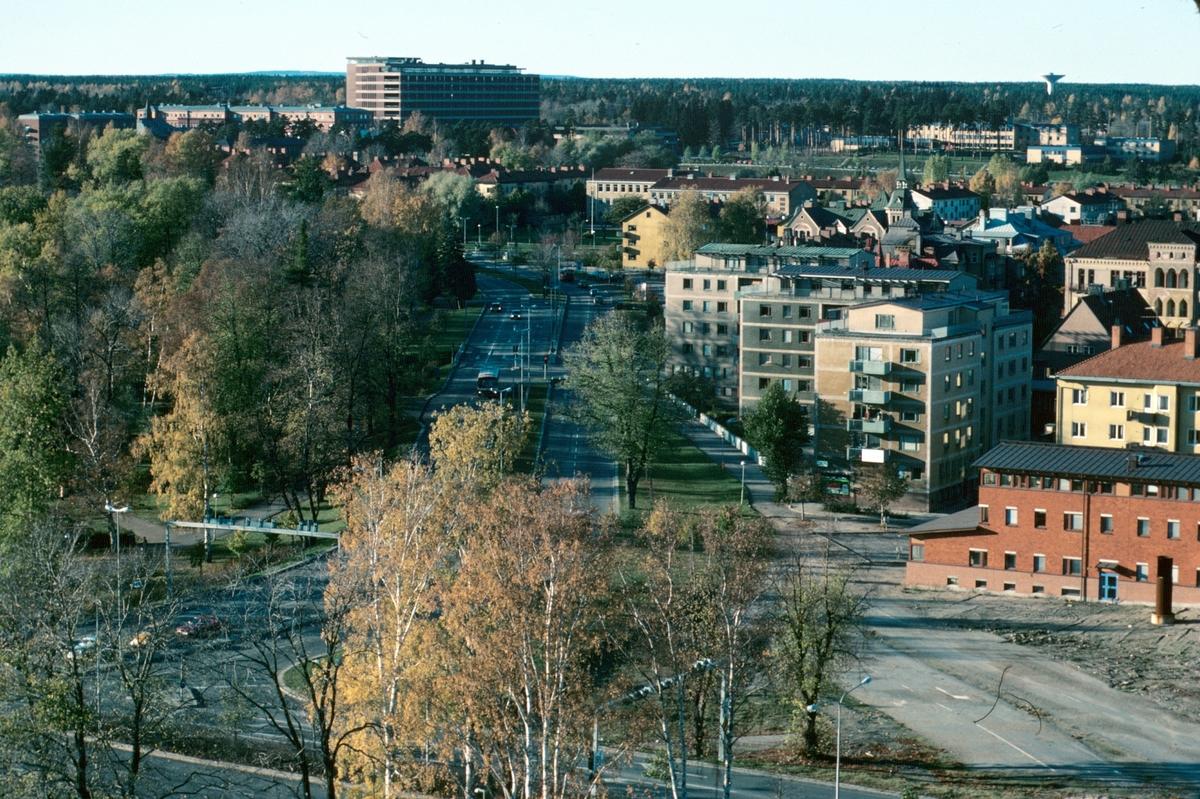 Stadsvy. Kvarnparken och Västra vägen med sjukhuset i bakgrunden. Skatteverket hus är inte färdigbyggt på Ångbryggeriets tomt.