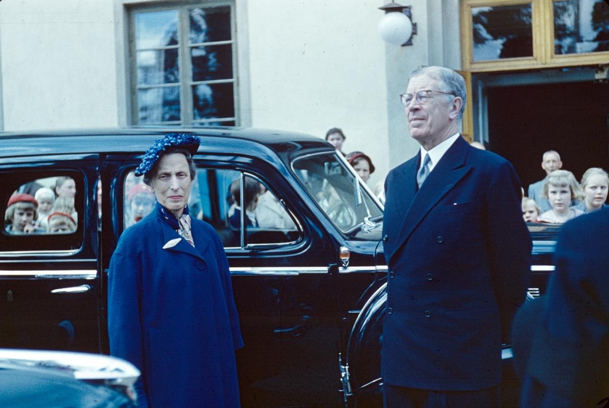 Hans Majestät Konungen Gustaf VI Adolf och drottning Louise Mountbatten i Valbo 1954