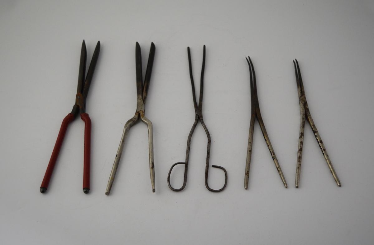 Form: Sakseformet med håndtak i ene enden og spisse rør i andre enden. 2 stk. krølltenger, 3 stk. bartetenger.