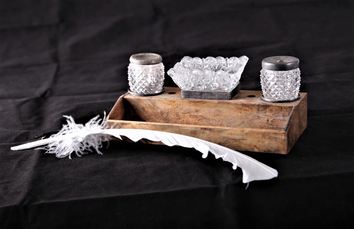 Skriveoppsats i treverk med plass til penn med tilhørende blekkhus og sandbeholder i glass.