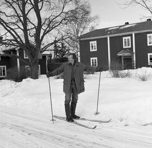 Hilding på skidor framför gården,18 mars 1984.