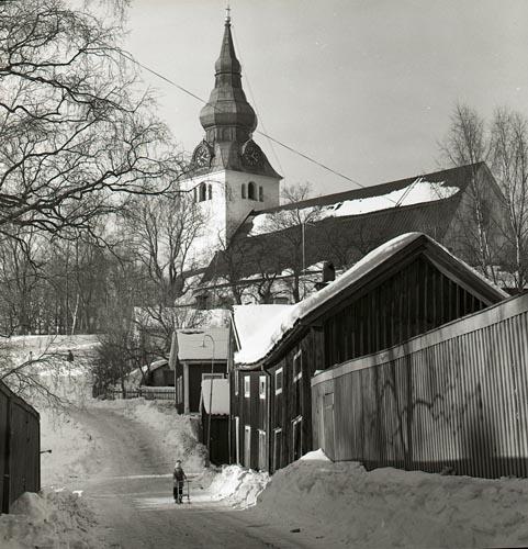Hudiksvalls kyrka (Jakobs kyrka) från Gropgränd februari 1963.