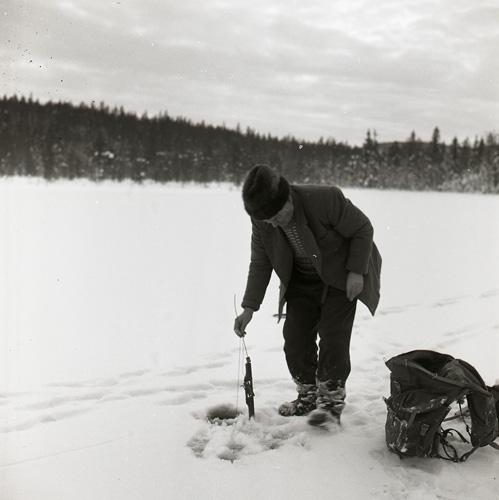 Albert anglar vid Lorttjärn, december 1961.