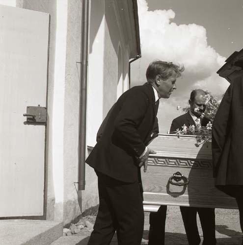 Albert Vikstens kista bärs ut från kyrkan till begravningsbilen 29 juni 1969.