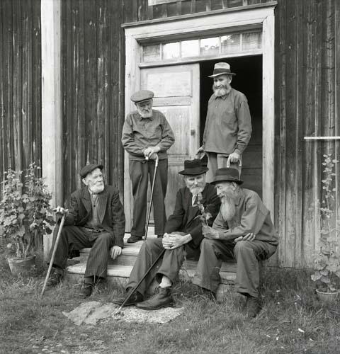 """Den skäggiga """"Gubbsamlingen"""", Enånger 1951."""