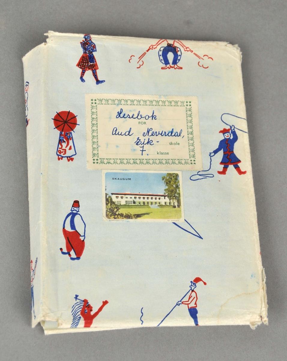 Bokbind i papir med ulike figurar (same, kinesar, skotte, indianar osb) på.  To merkelappar i papir er klistra på, eit med opplysningstekst og eit med bilde av Skaugum.