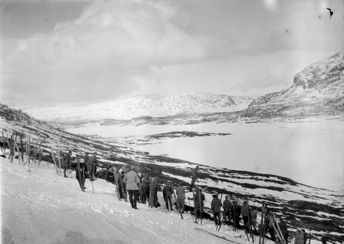 Mennesker med ski ved Øvre Sjodalsvatn.
