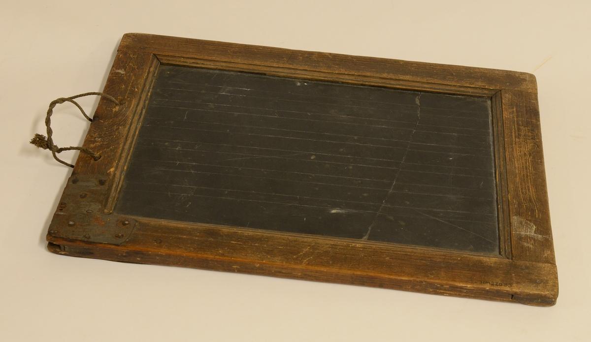 Griffeltavla av skiffer med skrivränder, träram runt och snöre i ena sidan för upphängning.