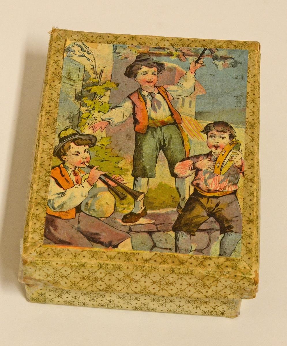 Pussel tillverkat av fyrkantiga klossar. Kuberna är tillverkade av hård papp med påklistrade motivbilder. Genom att vända klossarna på olika sidor går det att pussla ihop sex olika motiv. Klossarna förvaras i originalkartong.