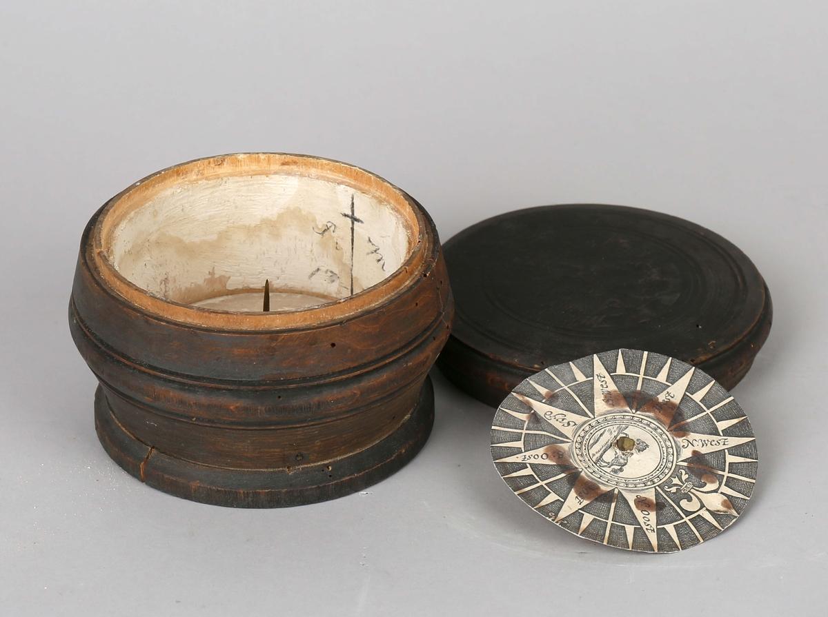 Luftkompass i dreiet trebolle med trelokk.