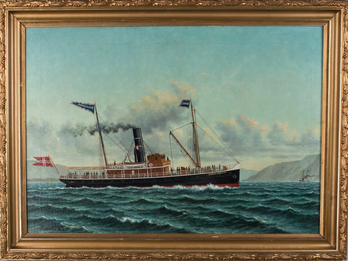Skipsportrett av DS JOHAN JEBSEN under fart langs kysten. Fører postflagg akter. Ser mange passasjerer på dekk.