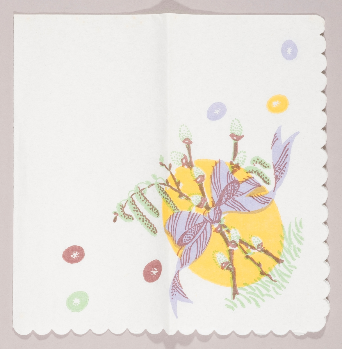 Et stort gult påskeegg på grønt gress. Grener med gåsunger og rakler bundet sammen av et lilla bånd med sløyfe. Små brune, lilla, gule og grønne påskeegg.