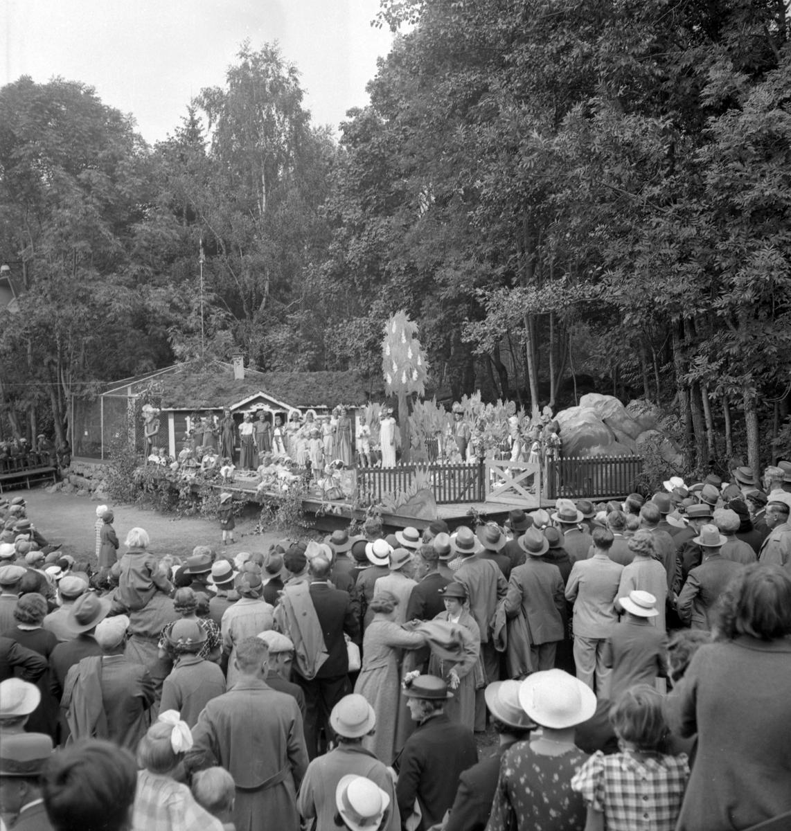 Furuviksparken invigdes pingstdagen 1936.  Folkdanslaget Furuviks Ungdomslag och Barnkabarén blev Furuviksbarnen