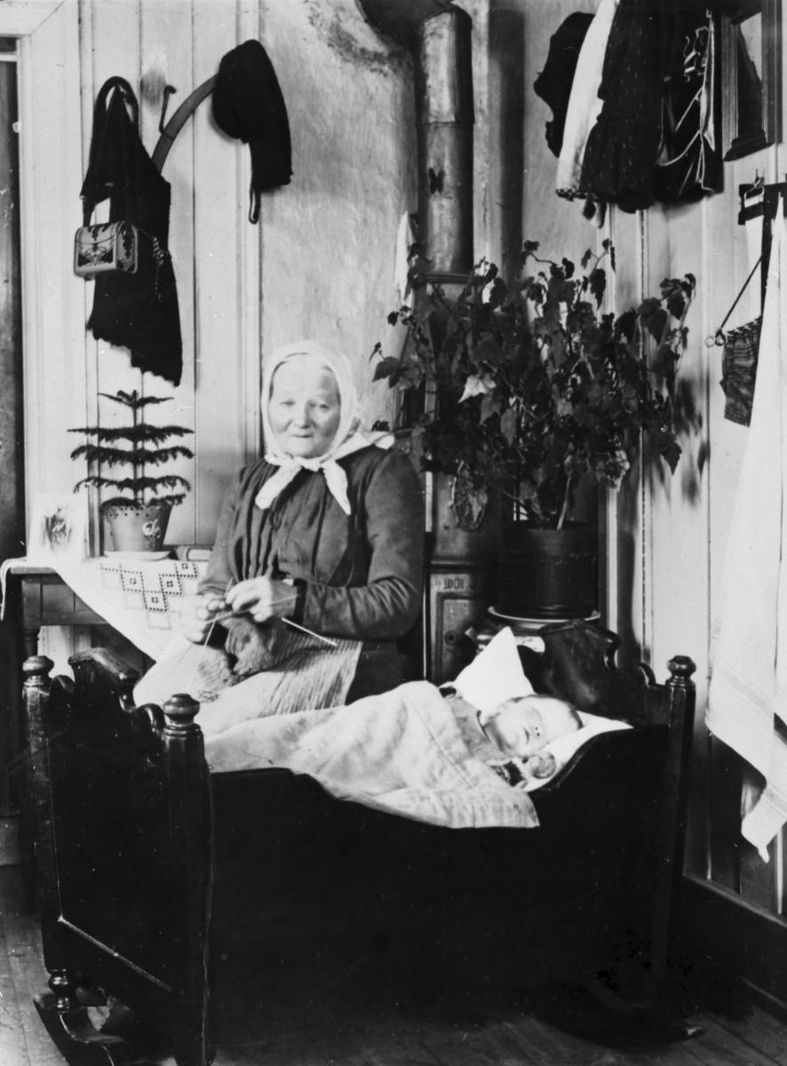 Anne Eier (fra Linnerud, født 1832) vugger ett av barnebarna, trolig Anne (født 1905) datter av Erik og Emma Eier. Foto: Erik Eier.