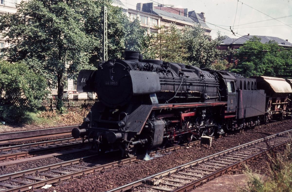 Tysk damplokomotiv DR-Baureihe 44 nr. 1050 med godstog.