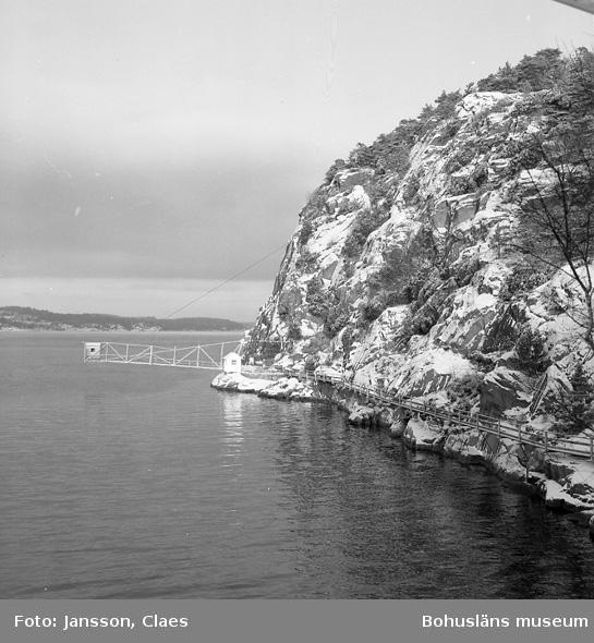 """Enligt uppgift: """"Gångbro till hängbro med mäthus, foto från norrbalkong, huvudbyggnad""""."""