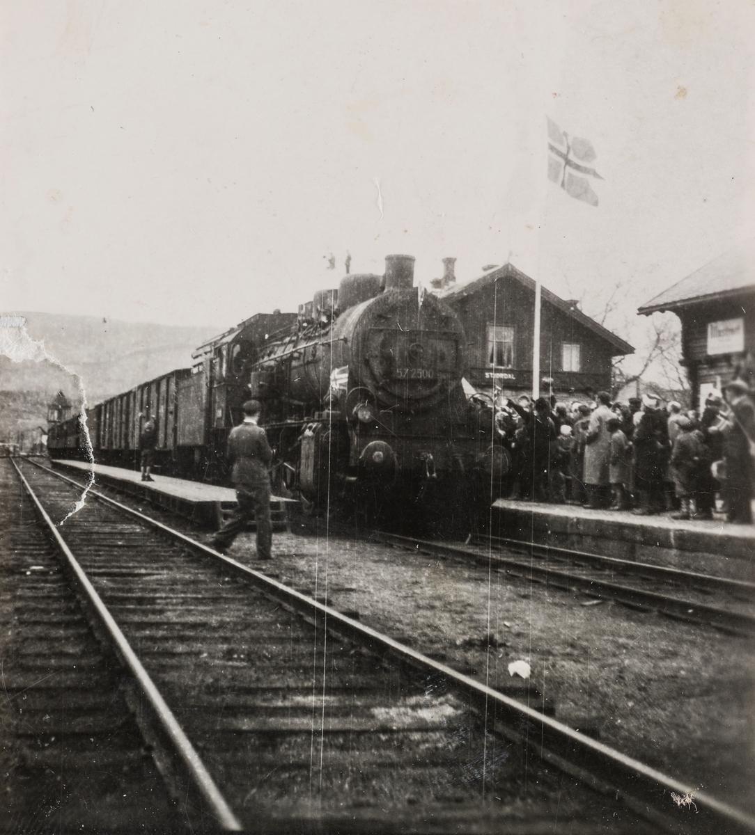 Persontog med norsk krigsfanger ankommer Stjørdal stasjon, trukket av damplokomotiv type 61a nr. 2500.