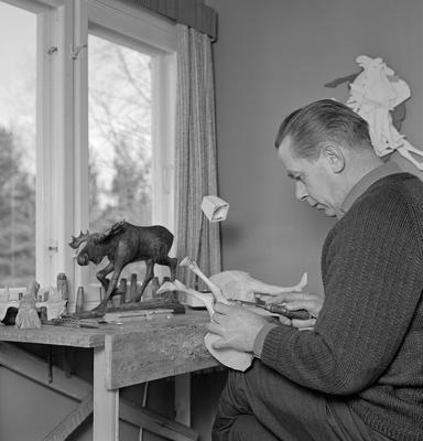 Bilde viser Vidar Sandbeck mens han skjærer en elg