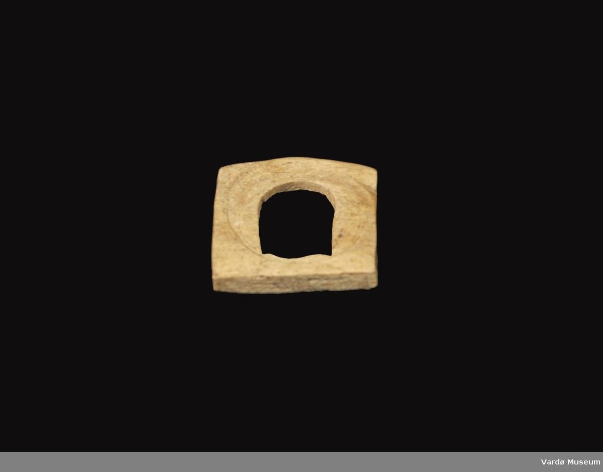Firkantet og porøs, hull imidten på ca. 3,0 cm i diameter.