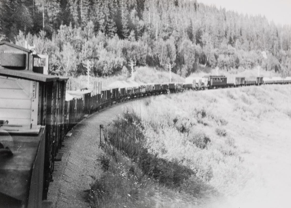 Godstog , eller transittog, på Meråkerbanen. Anslått togvekt ca. 1300 tonn. Utsikt fra fyrbøterens plass på lokomotivet, damplokomotiv type 63a.