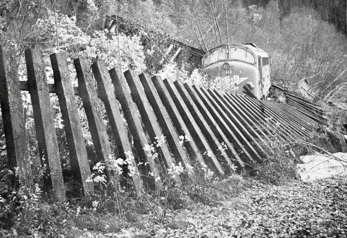 Avsporing som følge av ras ved Muruvik, mellom Hommelvik og Hell på Meråkerbanen. Persontog til Storlien, bestående av diesellokomotiv Di 3 nr. 615 og to personvogner sporet av.
