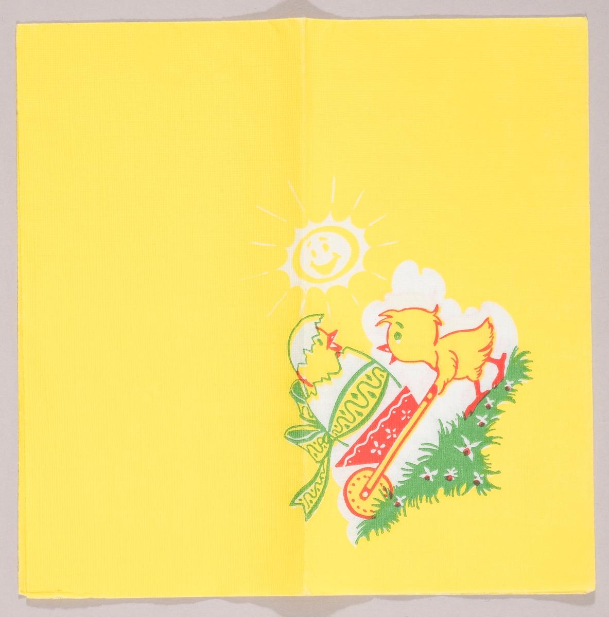 En kylling kjører med en trille hvorpå det er en kylling i et påskeegg med sløyfe rundt. Påskesolen stråler i bakgrunnen.