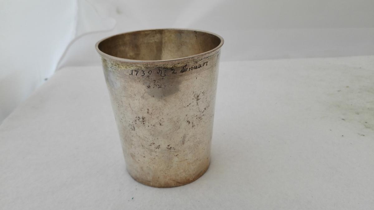 1 sölvstöp.  Stort solid sölvstöp av godt sölv. Höide 9,6 cm, övre diameter 8,5 cm. Under bunden guldsmedmerket STI. Langs övre forgyldte rand indgravert 1739 d. 2 Januari.  Kjöpt av Synneva Rud, Kaupanger.