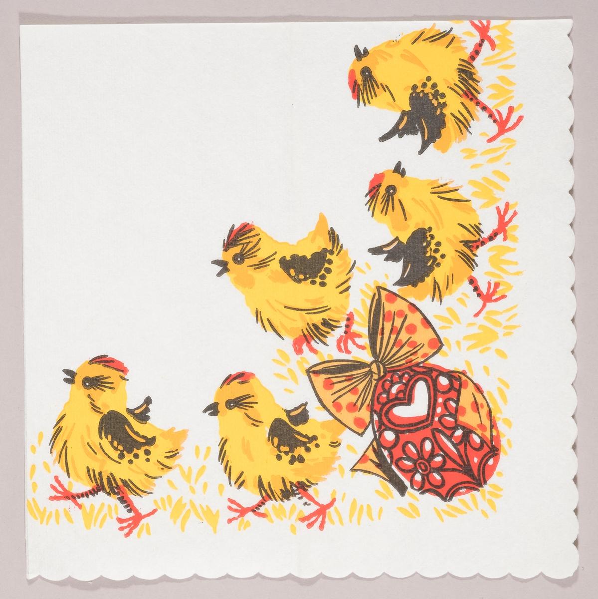 Fem påskekyllinger og et dekorert påskeegg med en stor sløyfe.
