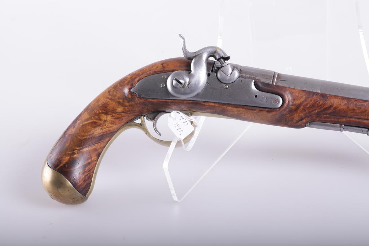 Pistol med perkusjonslås, fullskjftet, messing kappe og bøyle, 2 rørken og ladestokk av jern. Glattløpet pipe som i kammerenden er mangekantet i 5 cm lengde. På sideblikkets plass er utskåret en ramme av form som låsblikket. Rundaktig pistongknast med to skår i V-form, kraftig svanskrueblad. Låsblikket er hvelvet, hanen S-formet med rund mule og velformet hanefløy. Kaliber 18mm