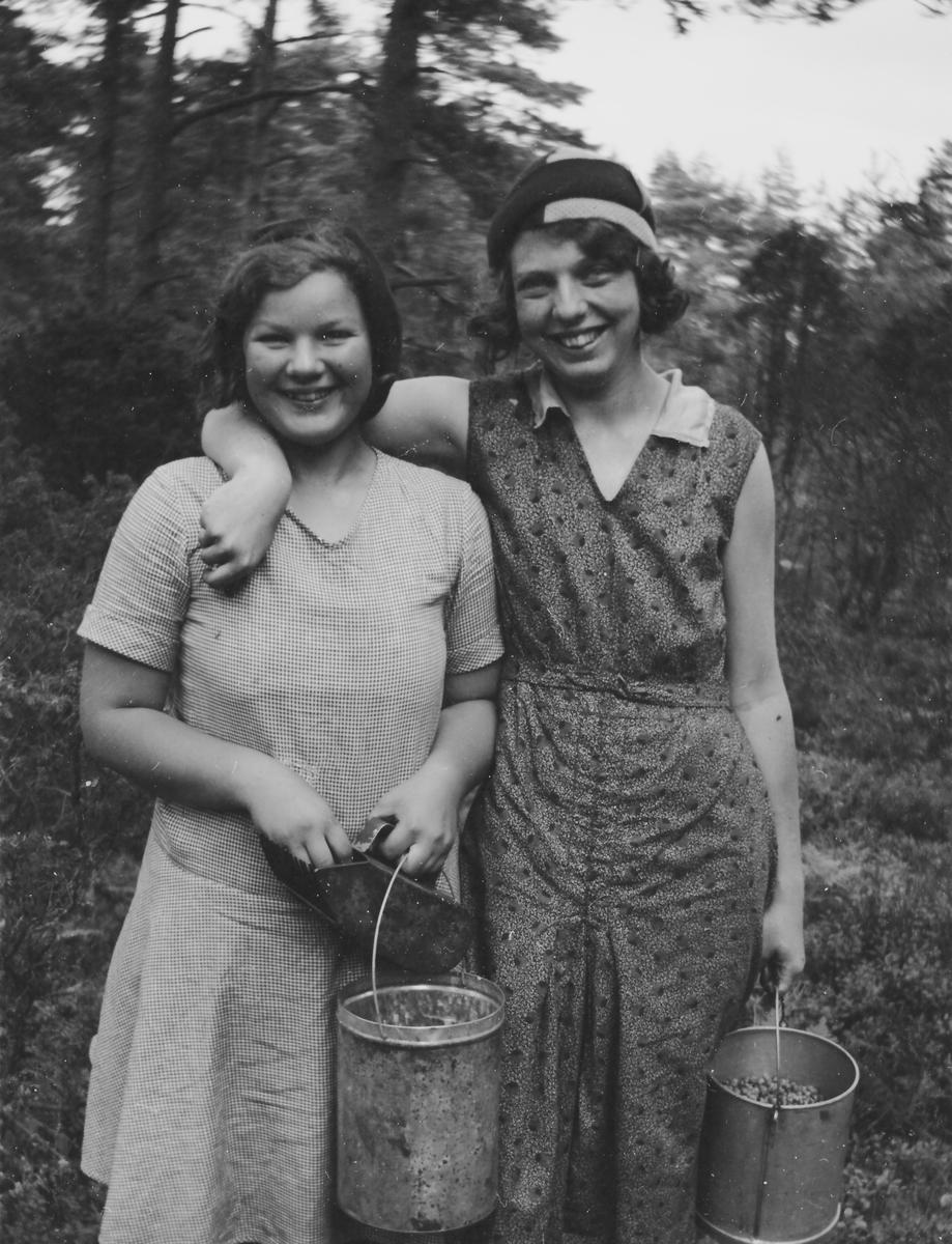 1ad4aaea51d9 Två glada flickor i skogen med hinkar fulla av lingon. Lilly Larsson och  Olas Märtha