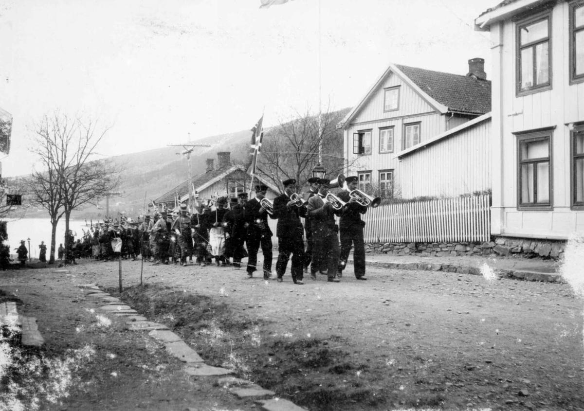 Repro: Vingnes musikforening på marsj i Vingnesgata, Lillehammer.