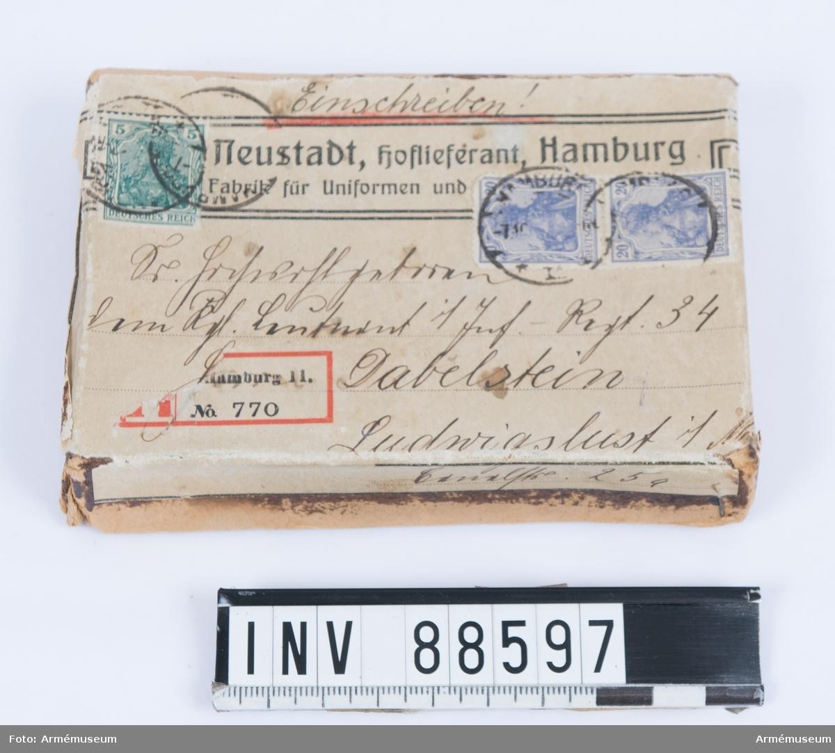 Ask som använts som postförsändelse. Med tyska frimärken och adress till löjtnant Dabelstein vid 34:e infanteriregementet.