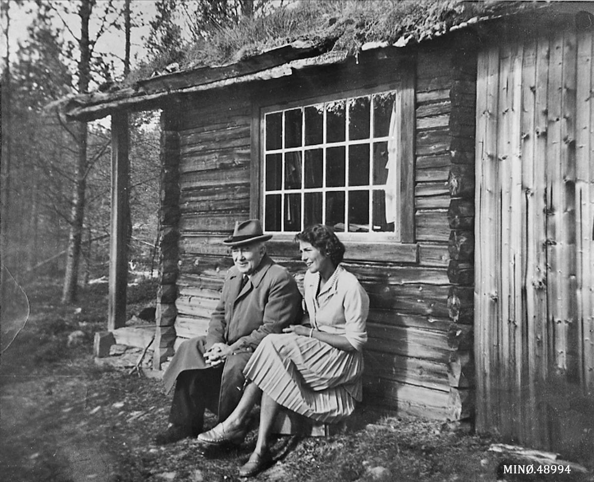 Ivar Mortensson-Egnund (Vesle-Ivar og Karen M-E framfor diktarstua Egg