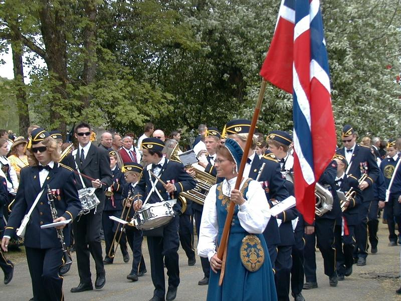 Vilberg_skolekorps_17._mai-tog_Eidsvollsbygningen_2000_E1814.jpg