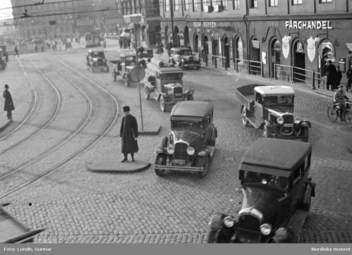 Trafik vid Slussplan, Stockholm. Trafikpolis på refug.