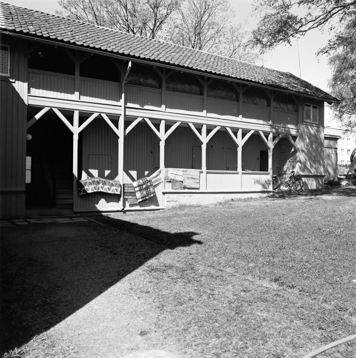 Eksteriør uthus i bakgården på Sverdrupsgate 12, i krysset Østregate - Sverdrupsgate. Nabohuset til Norrøna Skofabrikk.
