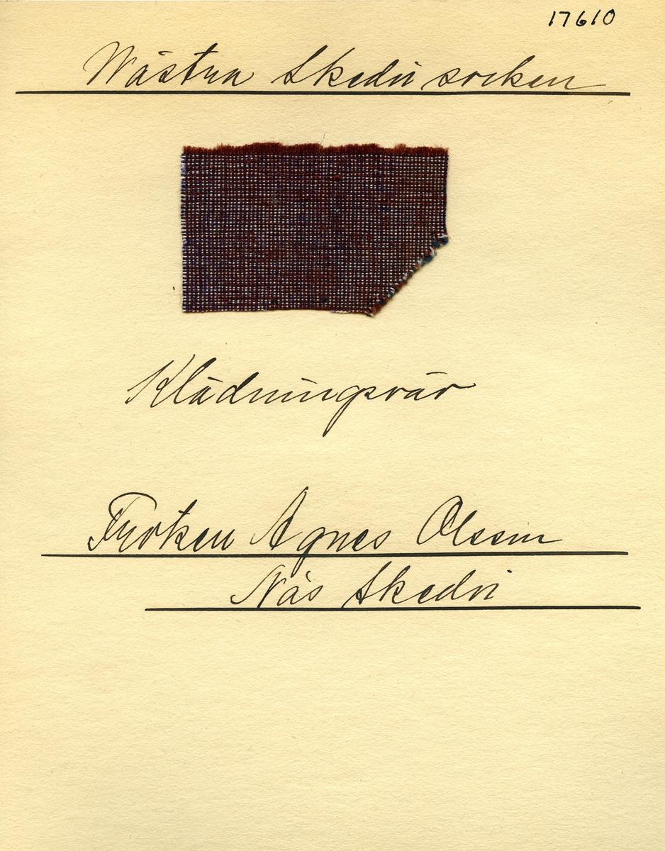 Anmärkningar: Vävnadsprov Olga Anderzons samling. Klänningsväv, Fröken Agnes Olsson, Näs Skedvi Västra Skedvi sn. Vävprov av halvylle i tuskaft, spräckligt. Bomullsvarpen är i vitt, blått och lila. Inslaget av ull är i rostbrunt. L. 730 670 Br. 460 440