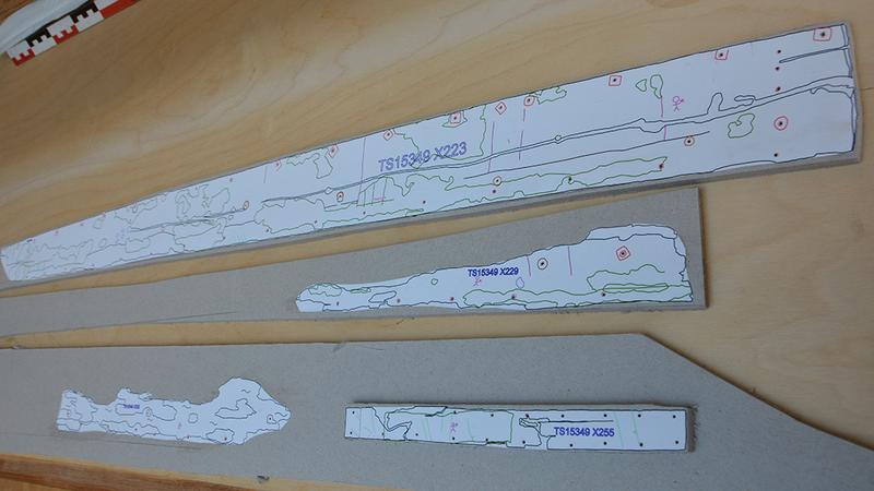 Tegninger av tre hudbord og et reparasjonsbord fra Lovundbåten, skrevet ut på papir i skala 1:5 og limt på bokpapp.