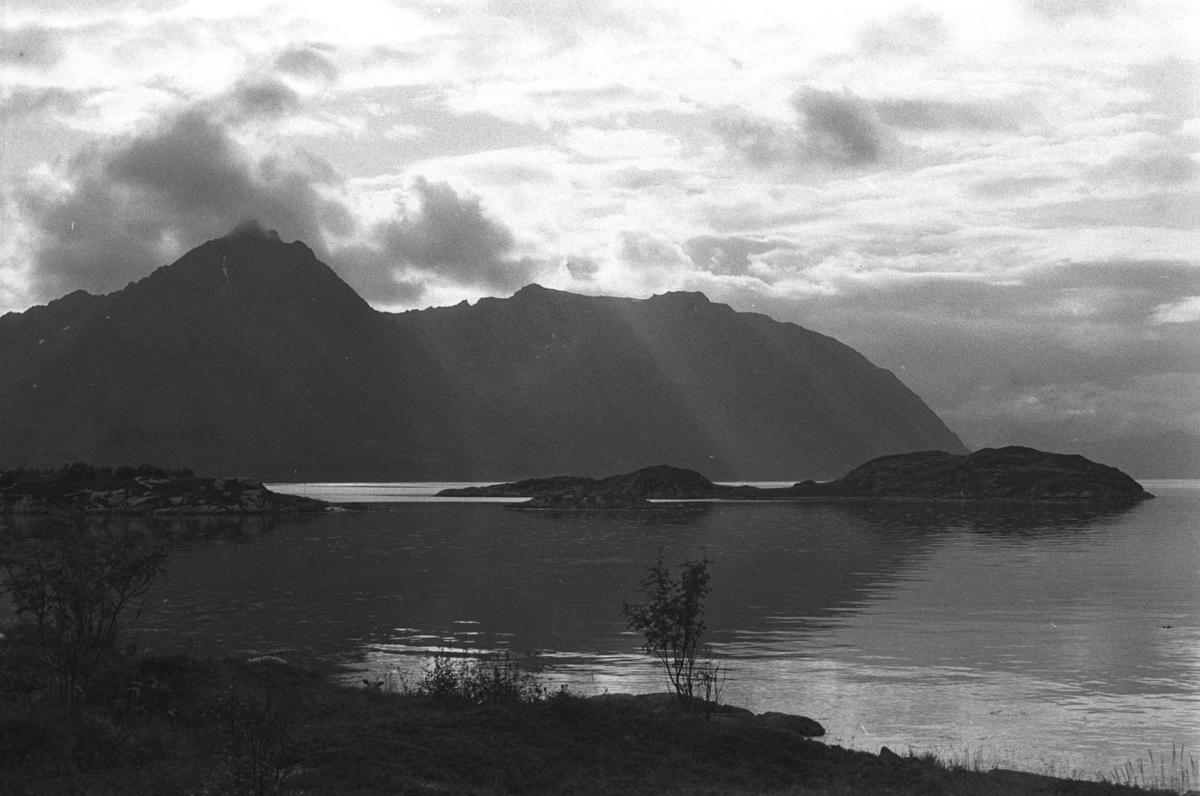 Landskap på Bjarkøy, med Grytlandsfjellene i bakgrunnen.