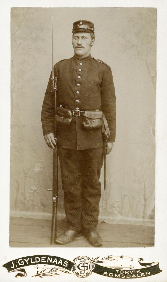 Studioportrett av soldat.