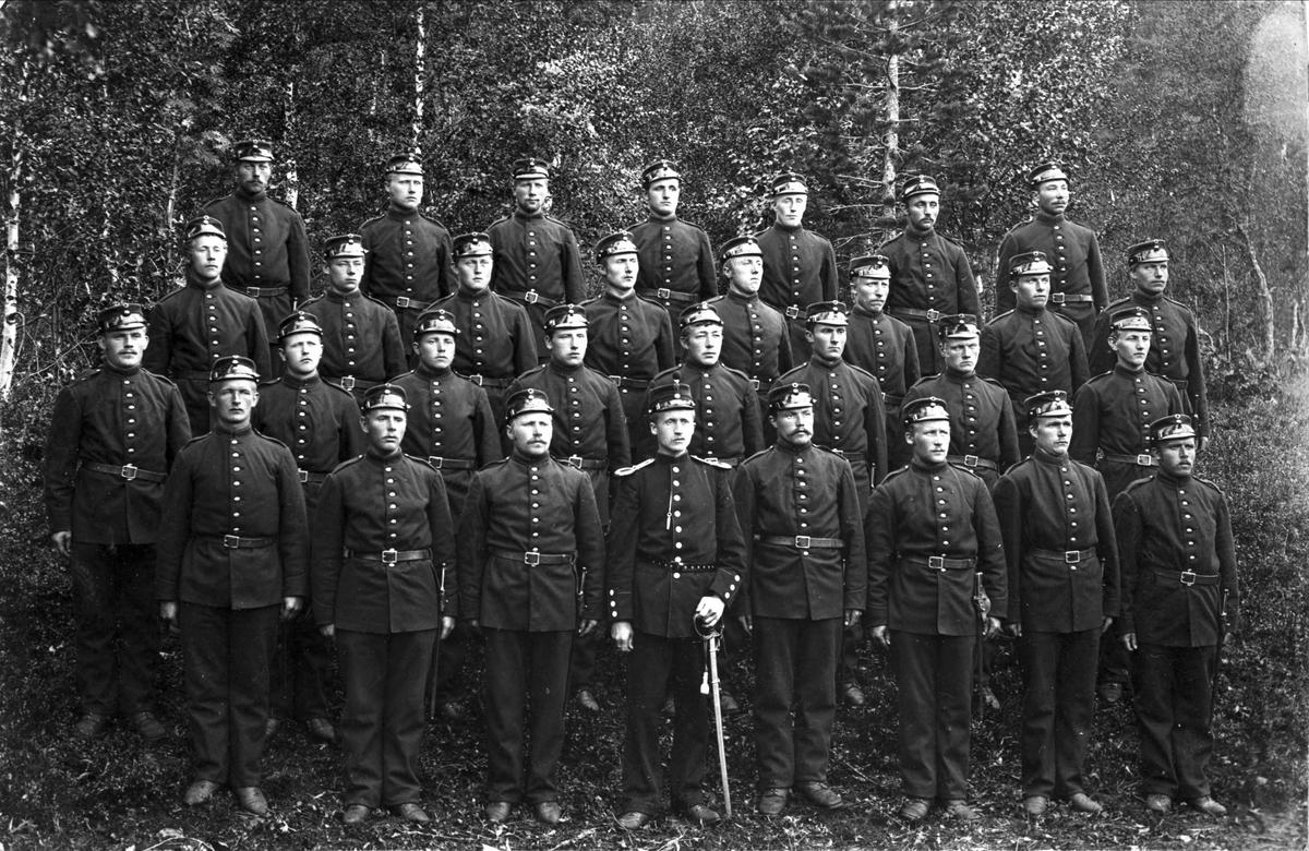 Gruppeportrett av soldater.