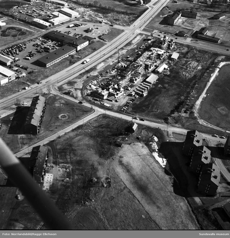 """Flygfoto över bygget av flerfamiljshuset kallat """"Långholmen"""" på Lekängsvägen, Sallyhill."""