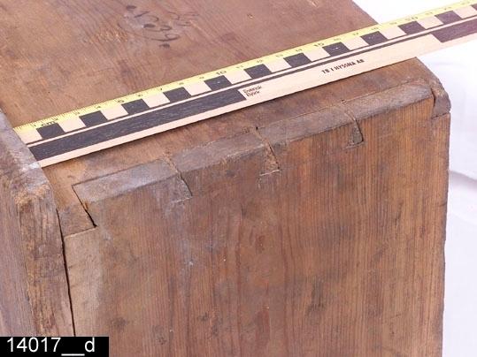 """Anmärkningar: Skåp, 1700-talets mitt eller senare hälft.  Pardörrar med dubbla speglar. Speglarna omramas av gerade, profilerade och kälade lister. Nyckelskylt i järn på höger dörr. Ett lås på vardera dörr. Invändigt: Överst ett hyllplan och därunder plats för fyrtio lådor (bild 14071__b) av varierande storlek. Draganordningarna på lådorna varierar mellan järnringar och järnknoppar. Somliga lådor är indelade i fack. En lådfront är försedd med en gammal, sannolikt ursprunglig, pappersetikett med texten """"salpeter"""" (bild 14017__e). H:1600 Br:1050 Dj:440  Tillstånd: Krön, sockelparti, sjutton lådor samt ett flertal lister på lådfronterna saknas. Lösa delar (bild 14017__c) ligger i skåpet.  Historik: Gåva från guldsmed Emil Tengström, Västerås. Har varit uppställt i guldsmedsverkstaden på Vallby Fm."""