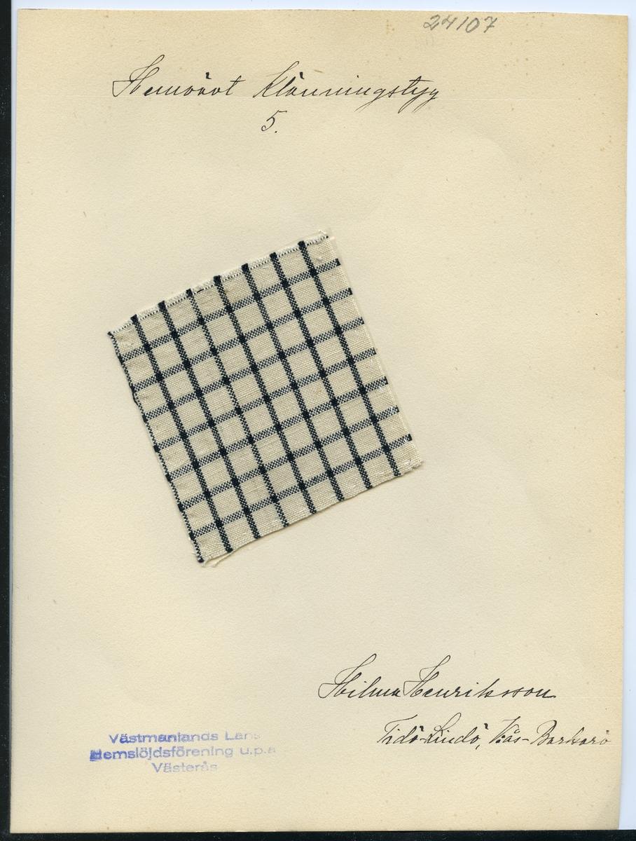 Anmärkningar: L; 79 B; 74 Vävprov av bomull i tuskaft, rutigt i svart på vit botten. Tidigare ägd av Hilma Henriksson, Tidö Lindö Västerås - Barkarö. Insamlad och skänkt av Olga Anderzon Västra Bergsgatan 8 Västerås.