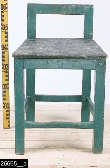 """Anmärkningar: Stol, omkring 1900.  Rakt överstycke och raka bakstolpar. Genombruten rygg. Sits av trä. Fyra fyrkantiga ben. Fyra slåar binder samman benen. Under sitsen finns diverse ofullständiga anteckningar. Man kan bl.a. utläsa """"18/4 1919"""", """"Sergeanten L Lif"""", """"Sala Salbohed"""", """"... vid 2 Komp...Västerås"""", """"...den 18 juli 1914"""" (bild 25655__b). H:625 Br:425 Dj:405  Pallen är grönblå överallt utom sitsen som är svart. Den främre benslån är naturligt nött.  Se även invnr. 6556 samt invnr. 25662-25666.  Tillstånd: Skada på sitsen längst fram till höger.  Historik: Gåva av Kungliga Västmanlands Regemente, I18, 1928."""