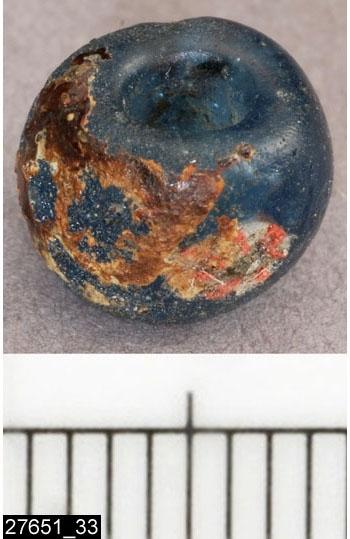 Anmärkningar: Badelunda sn, Tuna undersökt 1952-1953 Pärla, från båtgrav daterad till yngre järnålder, ca 800 e.kr. (Vendeltid/Vikingatid)  Pärla av glas, från grav 35 (fyndnr 33). 1 st blå, ringformig med 2 röda blommor. Diam 8,5 mm.  Pärlorna från grav 35 har omregistrerats av Access-projektet 2007 och då registrerats på enskilda poster under sitt ursprungliga fyndnummer, från fyndförteckning i Vlm:s arkiv. Pärlorna var tidigare uppträdda på tråd i följande ordning (fyndnr) 21, 1, 3, 4, 2, 5, 8, 6, 7, 14, 50, 15, 13, 11, 12, 9, 10, 26, 19, 51, 20, 22, 17, 34, 28, 24, 25, 35, 23. Löst i fyndasken låg nr 33, samt 36. Pärlorna nr 50 och 51 har getts nya undernummer av accessprojektet.  Litteratur Nylén, E. & Schönbäck, B. 1994. Tuna i Badelunda. Guld kvinnor båtar I. Västerås kulturnämnds skriftserie 27. Västerås. s 36 ff  Nylén, E. & Schönbäck, B. 1994. Tuna i Badelunda. Guld kvinnor båtar II. Västerås kulturnämnds skriftserie 30. Västerås. s 94 ff, 150ff, 199.  Färgfoto: A-7424, Sv/v A-7297, A-7298 in situ, fotograferad teckning neg nr A-7406,