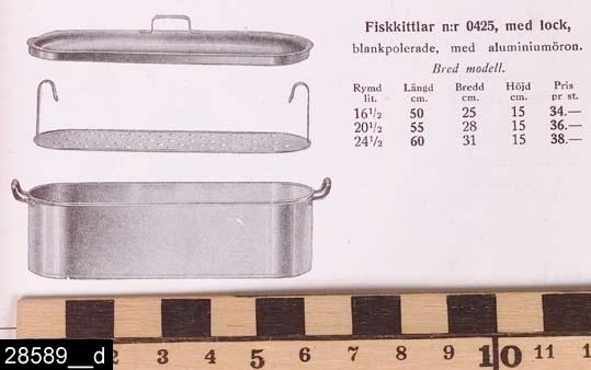 """Anmärkningar: Fiskkittel, 1930-tal.  Oval kittel med handtag på båda kortsidor. Ett handtagsförsett lock. På handtaget finns stämplar i form av en krona samt texten """"SKULTUNA 1607 50 CM"""" (bild 28589__b). På det högra handtaget finns en lapp med texten """"SKULTUNA BRUK GRUNDLAGT ÅR 1607"""". Till kitteln hör också en avskiljare (bild 28589__c). Kitteln finns nämnd och avbildad i kataloger från Skultuna under 1930-talet. På bild 28589__d visas en bild på kitteln från en katalog från 1933. Enligt en broschyr, utgiven av museet 2007 och benämnd """"Skultunastämplar 1800-2000"""", började den typ av stämpel som finns på föremålet användas 1922. Den användes fortfarande år 2007. H:230 Br:250 L:570 (avser måttet mellan handtagen)  Tillstånd: Nyskick.  Historik: Gåva från SAPA AB, Division Service, 2002. Föremålet stod i ett skyddsrum på bruksområdet i Skultuna."""