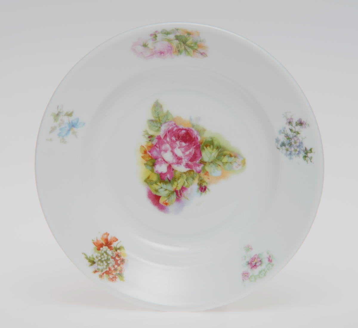 Dekorert med diverse små blomstermotiv rundt ved kanten, og hovedmotivet er èn stor blomst i midten av skålen. Ingen av dessertskålene har samme blomstermotiv, men er fortsatt fra samme sett. Se bilder for de forskjellige motivene.