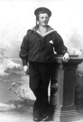 Svart-hvitt foto av Ole Severin Olsen i matrosdress. Han omkom i ei mineulykke ved Lillesand i 1920.. Foto/Photo